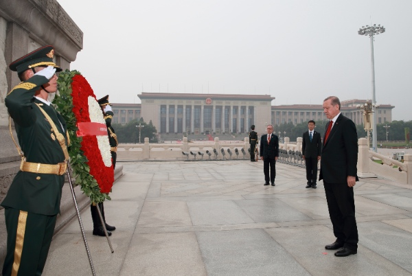 Turkish President Recep Tayyip Erdogan presents a wreath to the Monument to the People's Heroes in Beijing, capital of China, July 29, 2015 [Xinhua]