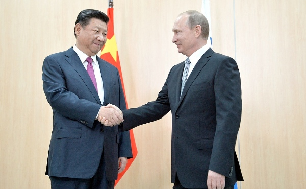 Russian President Vladimir Putin welcomes his Chinese counterpart Xi Jinping to Ufa on 8 July 2015 [PPIO]