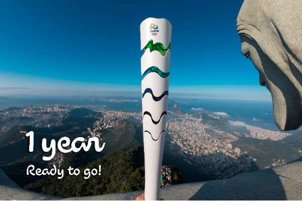 Photo provided by Rio 2016 Organising Committee on Aug. 5, 2015 show the Rio 2016 Olympic torch and the statue of Christ the Redeemer on top of the Corcovado Mountain in Rio de Janeiro, Brazil [Xinhua]
