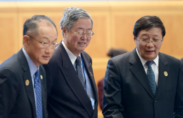 Chinese finance minister Lou Jiwei(R), Governor of People's Bank of China Zhou Xiaochuan(C) and World Bank President Jim Yong Kim [Xinhua]