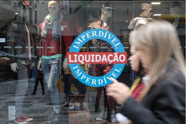 People walk by a store, in downtown Sao Paulo, Brazil, on Sept. 14, 2015 [Xinhua]