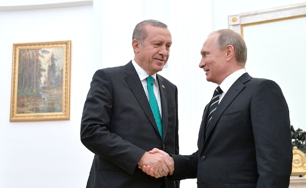 Turkish President Recep Tayyip Erdogan being welcomed at the Kremlin by Russian President Vladimir Putin on 23 September 2015 [PPIO]
