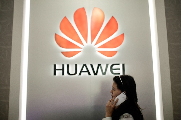 A woman makes a phone call with a G6 smartphone made by China's technology company Huawei in a mobile phone store in Bogota City, capital of Colombia, May 21, 2015 [Xinhua]