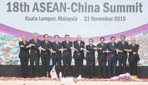 Chinese Premier Li Keqiang (5th L) poses for a group photo with ASEAN members' leaders during the 18th ASEAN-China summit in Kuala Lumpur, Malaysia, Nov. 21, 2015 [Xinhua]