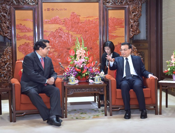 Kamath, left, seen here meeting with Chinese Premier Li Keqiang, said that there is no direct link between how much capital a BRICS member paid into the NDB and how much that BRICS member can borrow [Xinhua]