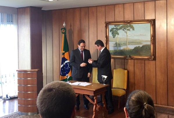 Joaquim Levy (right) passes the badge of the Finance Ministry to new Brazilian Finance Minister Nelson Barbosa in Brasilia on 21 December 2015 [Image: fazenda.br]