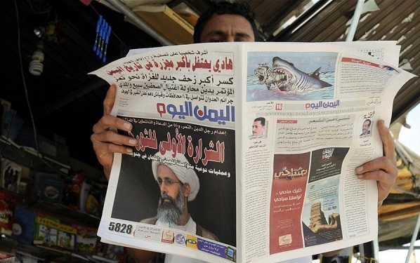 A man reads the newspaper showing the photo of the prominent Shi'ite cleric Sheikh Nimr al-Nimr in Sanaa, Yemen, Jan. 3, 2016 [Xinhua]