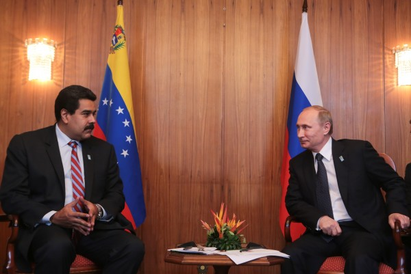 File photo shows Venezuela's Maduro and Russia's Putin, right, who several times this year discussed the oil glut plaguing their economies [Xinhua]