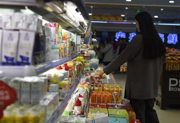 A customer purchases goods at a supermarket in Changchun, capital of northeast China's Jilin Province, March 10, 2016 [Xinhua]