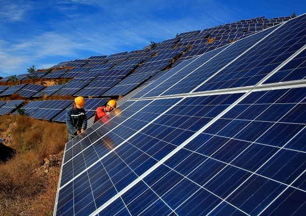 Workers construct a solar power field in Qinhuangdao, north China's Hebei Province, Oct. 28, 2015 [Xinhua]