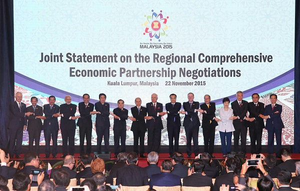 Indian Prime Minister Narendra Modi (4th from left) and Chinese Premier Li Keqiang (7th R) attends the releasing ceremony of a joint statement on the Regional Comprehensive Economic Partnership (RCEP) Negotiations in Kuala Lumpur, Malaysia, Nov. 22, 2015 [Xinhua]
