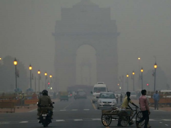 File photo: Smog-filled road in New Delhi [Xinhua]