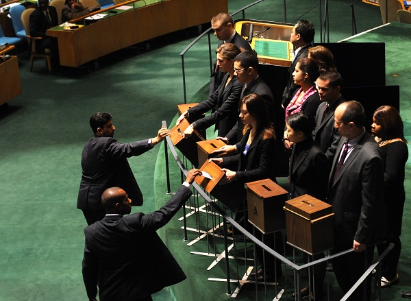 File photo: Delegates of the UN member states cast their ballots at the General Assembly hall at the UN Heaquarters in New York, Oct. 25, 2010 [Xinhua]