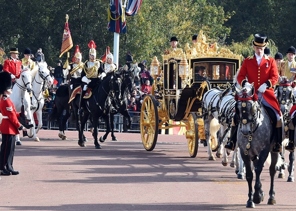 Chinese President Xi Jinping and British Queen Elizabeth II ride a carriage to Buckingham Palace in London, Britain, Oct. 20, 2015 [Xinhua]