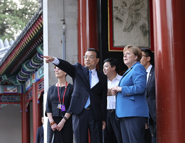 Chinese Premier Li Keqiang (C) and German Chancellor Angela Merkel (R) in an informal interaction before the fourth round of China-Germany intergovernmental consultation before their meeting at the Summer Palace in Beijing, capital of China, June 12, 2016 [Xinhua]