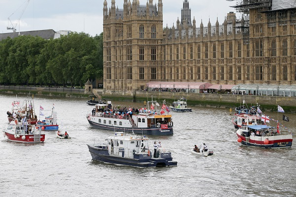 Boats of a flotilla participate in a campaign supporting Britain to leave the European Union in London, Britain, on June 15, 2016 [Xinhua]