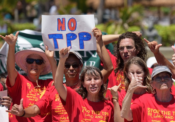People attend a rally protesting the Trans-Pacific Partnership (TPP) in Maui, Hawaii, the United States, July 29, 2015 [Xinhua]