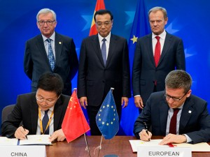 From left to right: European Commission President Jean-Claude Juncker, Chinese Premier Li Keqiang and European Council President Donald Tusk [Image: EU Commission]