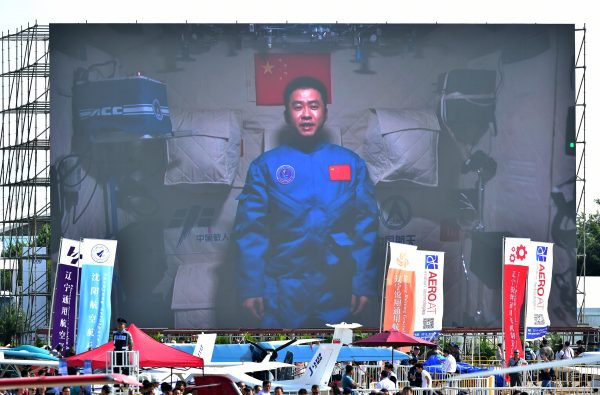 Photo taken on November 1, 2016 shows a screen broadcasting Chinese astronaut Chen Dong on the space lab Tiangong-2 [Xinhua]